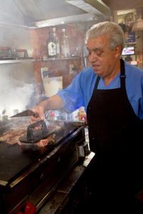 Cadeg - Poleiro do Galeto - Mangabeira prepara o seu famoso bifão vertical