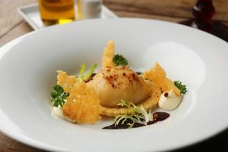 Ravioli de coxa de pato confit ao molho de vinho do Por to e açaí (TÉRÈZE 0)