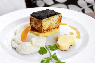 Tranche de garoupa com crosta de azeitonas pretas, purê de couve flor e coração de polenta Crédito Pedro Lopes